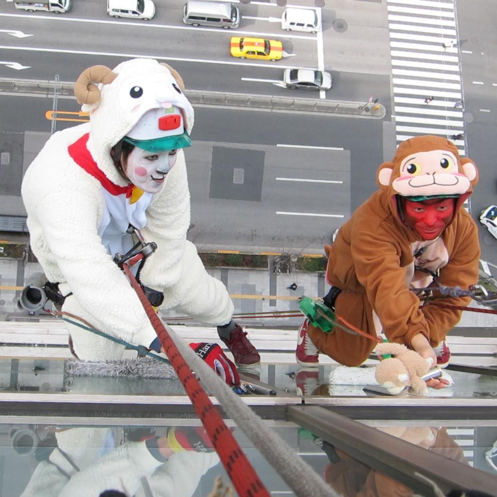 高さ55.5メートルの屋上で!干支の「羊」と「サル」が年末の大掃除&干支の引き継ぎ式